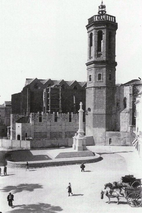 el-raco-del-campanar-el-1943-amb-la-creu-dels-caiguts-recent-inaugurada-i-l-esglesia-de-sant-felix-en-construccio