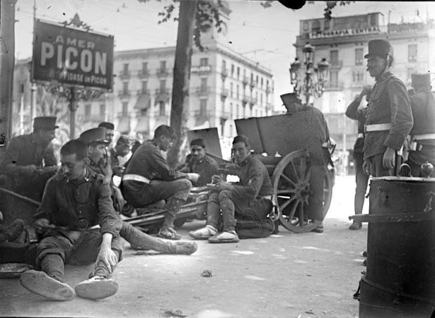 Tropes-de-l'exèrcit-al-carrer-durant-la-vaga-de-la-Canadenca.-Foto-Josep-M.-Sagarra-i-Plana-Arxiu-Nacional-de-Catalunya